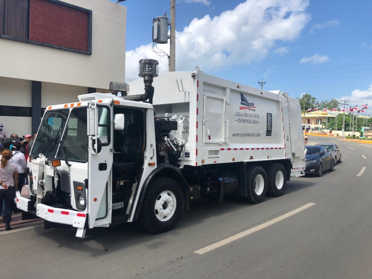 Alcaldía de El Seibo recibe oficialmente nueva unidad para recolección de residuos solidos donados por la Nueva Liga Municipal Dominicana